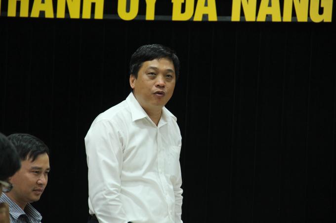Chánh Văn phòng Thành ủy Đào Tấn Bằng (đứng) điều động nhiệm vụ mới.