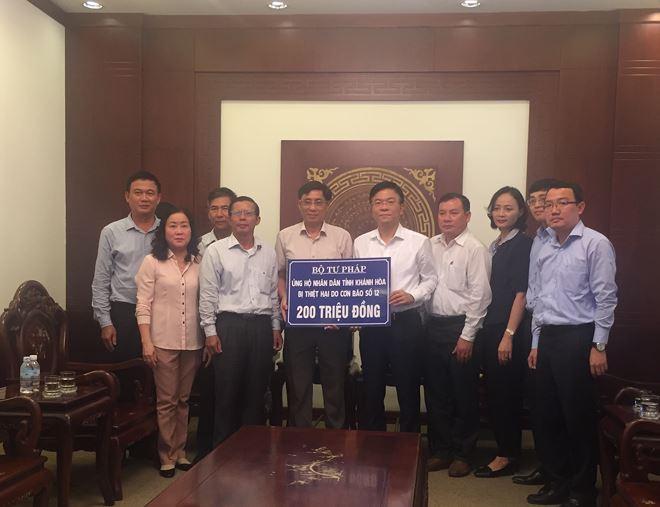 200 triệu đồng cùng tình cảm, sự sẻ chia của cán bộ, công chức Bộ Tư pháp đã được Bộ trưởng Lê Thành Long gửi tới người dân bị bão lũ tỉnh Khánh Hoà.