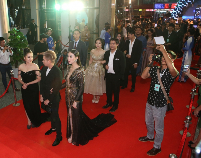 Đạo diễn, nghệ sỹ và diễn viên bước trên thảm đỏ trước khi vào Liên hoan phim.
