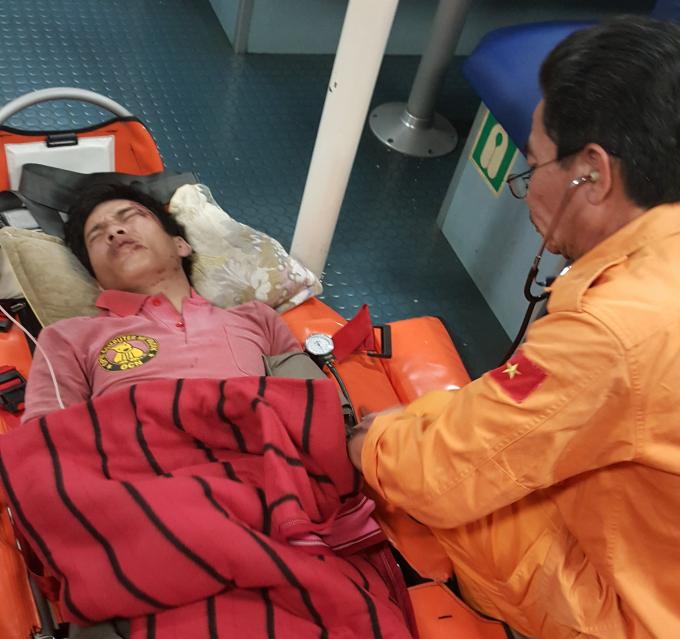 Thuyền viên Cát (trái) được cấp cứu sau khi gặp tai nạn lao động.