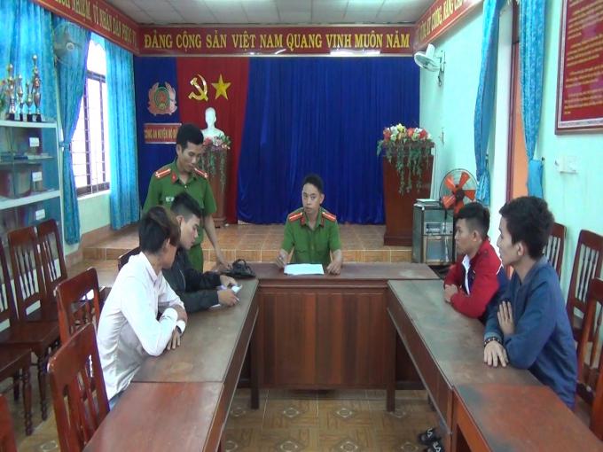 Các đối tượng làm việc tại cơ quan công an. Ảnh: T.S -CAQNgai.