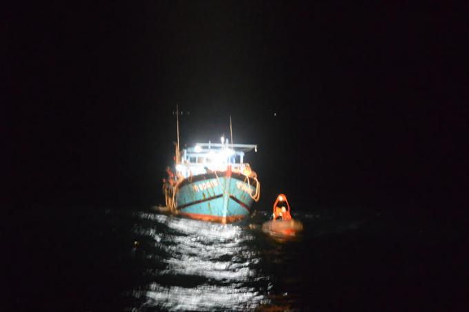 Tàu cá ngư dân bị gãy bánh lái, trôi nổi trên mặt biển.