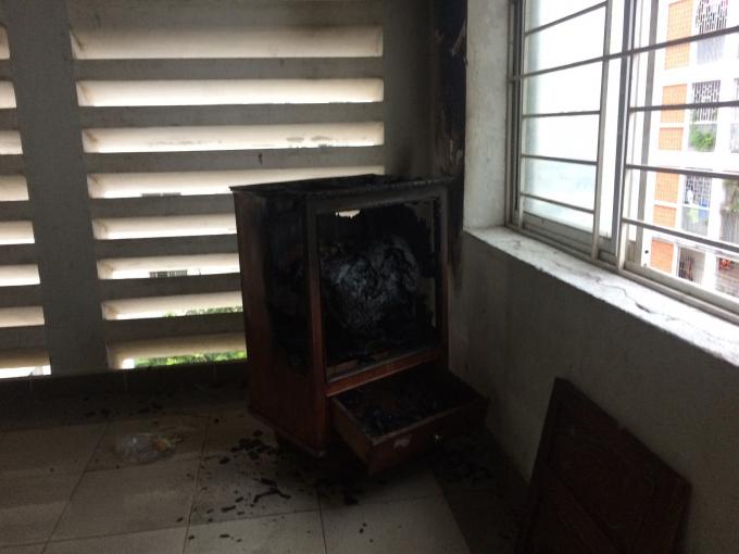 Hiện trường vụ cháy tủ gỗ tại tầng 4 khu nhà C chung cư C2 sáng 20/1.