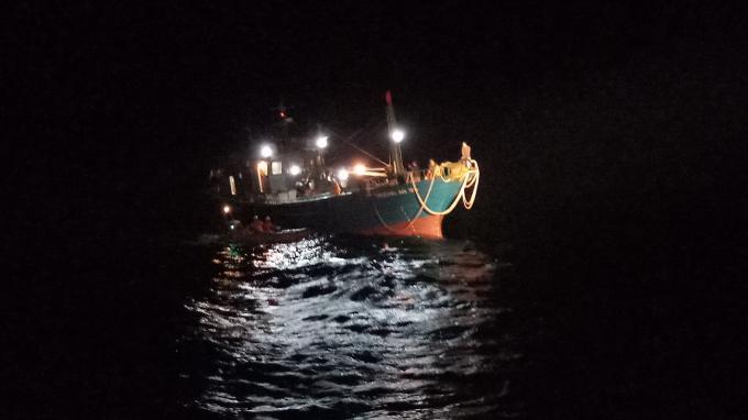 Tàu cá QB 91386 TS bất ngờ bị hỏng máy, có dấu hiệu nước tràn vào khoang máy.