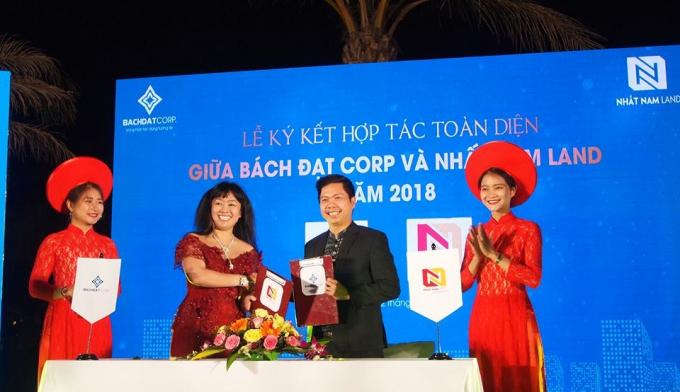 Giám đốc Bách Đạt Corp Hoàng Thị Kim Châu thực hiện lễ ký kết với Chủ tịch HĐQT Nhất Nam Land Nguyễn Đức Tâm (phải).