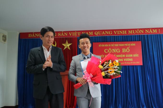 Giám đốc Sở Văn hóa – Thể thao thành phố Huỳnh Văn Hùng (trái)trao quyết địnhcho ca sĩ Quang Hào.