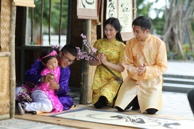 Du khách còn được thỏa sức vui chơi các trò dân gian đặc sắc, như: nhảy sạp, cà kheo, bịt mắt bắt vịt, ném còn…