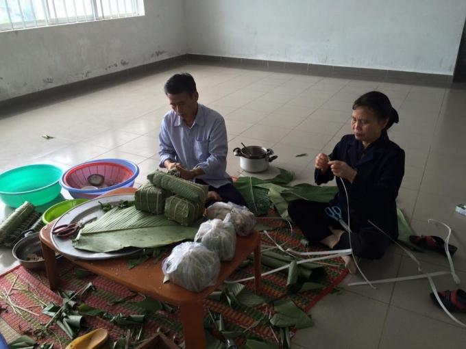Anh Hoàng Văn Thế (trú quận Sơn Trà, TP Đà Nẵng) cho biết,đâylà lầnđầu tiên sau 16 năm vào Đà Nẵng lập nghiệp, bố mẹ anh từ Thanh Hóa vào ăn Tết cùngcon trai. Cả gia đình quây quần làm bánh chưng chuẩn bị cho ngày Tết cận kề.