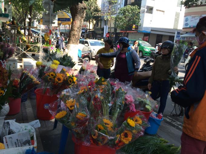 Người dân tranh thủ đi chợ mua đồ cúng giao thừa và chuẩn bị đồ cho 3 ngày nghỉ Tết.