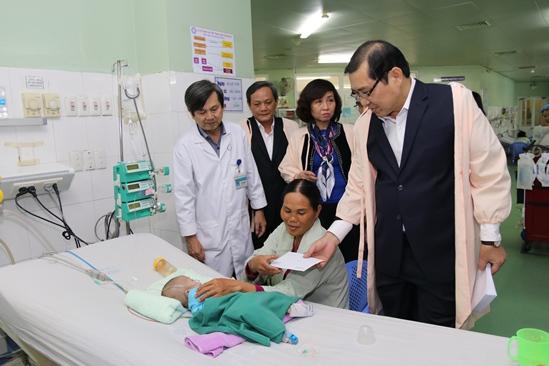 Thăm hỏi, động viên các gia đình đang có bệnh nhân nhi chữa trị tạiBệnh viện Phụ sản Nhi Đà Nẵng. Ảnh: Q.Đ.