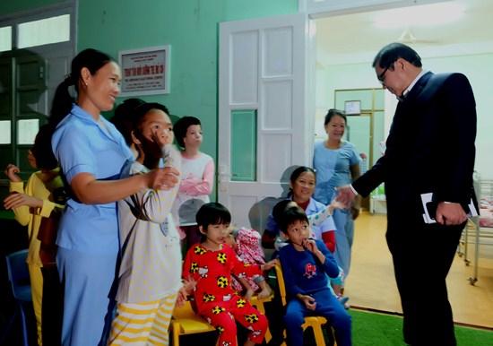 Chủ tịch TP Huỳnh Đức Thơ thăm các em tại Trung tâm nuôi trẻmồ côi tại quận Ngũ Hành Sơn. Ảnh: Q.Đ.