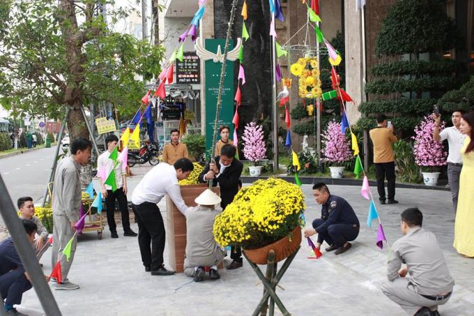"""Một số khách sạn tổ chức các hoạt động chào đón năm mới,như: Lễdựng cây nêu ngày Tết và""""Ấm no ngày tết"""" 2018 tại khách sạn Mường Thanh Grand Đà Nẵng."""