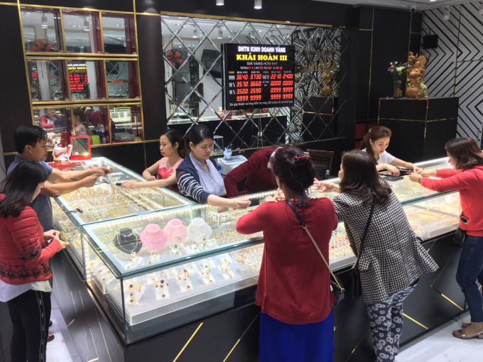 Hình ảnh mua bán tập nập với cả trăm khách đổ vào cửa hàng chỉ trong một buổi sáng để ngắm vàng và mua vàng.
