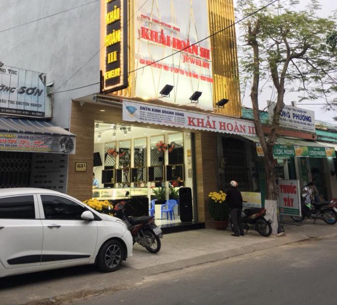Ngày từ 6 giờ sáng, các tiệm vàng ở 63A Nguyễn Duy Hiệu, quận Sơn Trà, TP Đà Nẵng đã sớm đón những vị khách đầu tiên đến mua vàng.