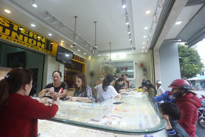 Càng đến trưa, lượng khách đổ về mua vàng càng tấp nập, khiến chủ cửa hàng vừa mệt, vừa vui.