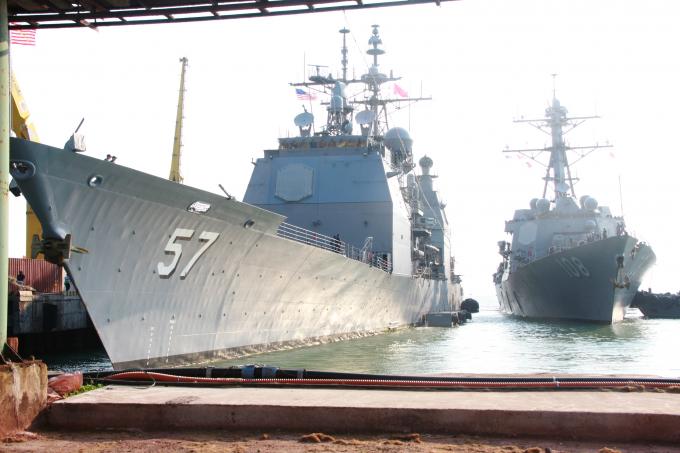 Tàu tuần dương hạm USS Lake Champlain (CG-57) của Hải quân Hoa Kỳ.