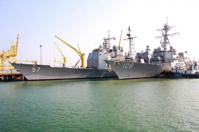 Tàu tuần dương hạm USS Lake Champlain (CG-57) và tàu khu trục USSWayne E. Meyer (DDG-108) tại Cảng Tiên Sa, Đà Nẵng.