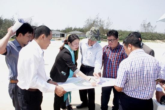 Đoàn khảo sát thực tế tại bãi biển xã Bình Phú, hyện Bình Sơn, tỉnh Quảng Ngãi. Ảnh: quangngai.gov.vn.