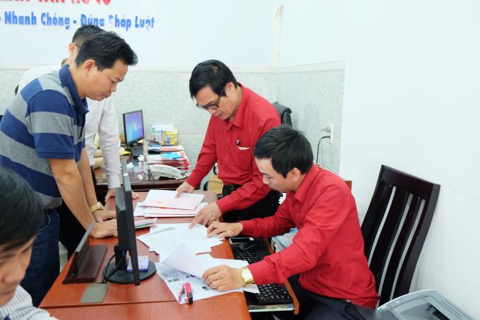 Khách hàng hữu ký chuyển nhượng Quyển sử dụng đấttại văn phòngcông chứng.