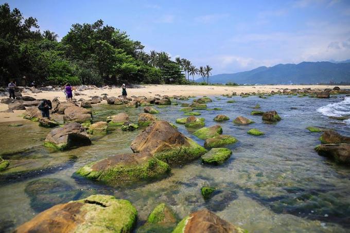 Ngoài vẻ đẹp hoang sơ, vùng biển Nam Ô còn cónhiều di tích lịch sử, làng nghề truyền thống.