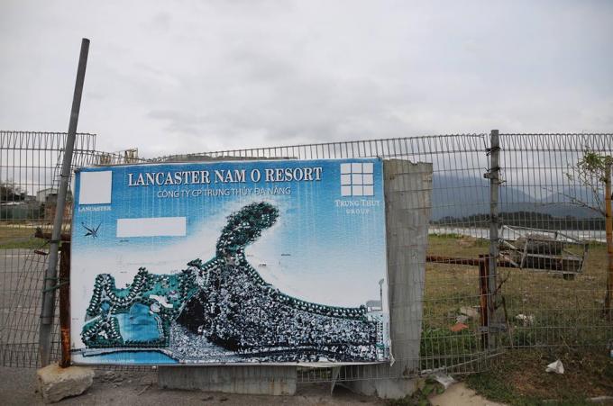 Ngày 21/3, người dân tụ tập phản đối chủ dự án Lancaster Nam Ô đã chặn đường xuống biển của người dân.