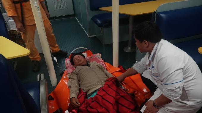 Bệnh nhân Giỏi được chăm sóc tích cực trên đườngvề đất liền.