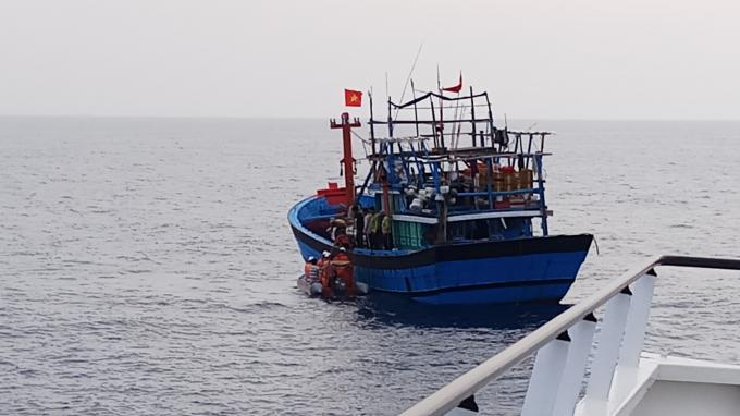 Lực lượng cứu nạn dùng xuồng công tác triển khai kípcấp cứu trên biển.