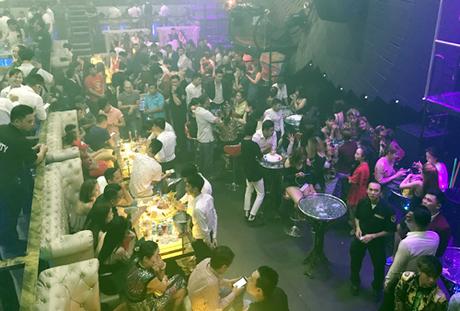 Hàng trăm khách trong bar lúc rạng sáng. Ảnh:Quốc Thắng.