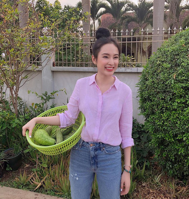 Trái với hình ảnh thời thượng, sành điệu ngày thường khi xuất hiện trong các sự kiện, Angela Phương Trinh diện áo sơ mi, quần jeans, ra vườn. Với nụ cười rạng rỡ, cô chia sẻ: