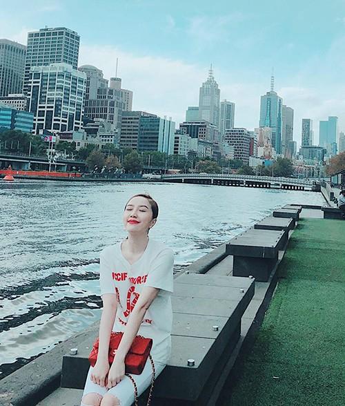 Bảo Thy ngồi bên sông, tận hưởng không khí trong lành khi đi du lịch nước ngoài, Bảo Thy viết: