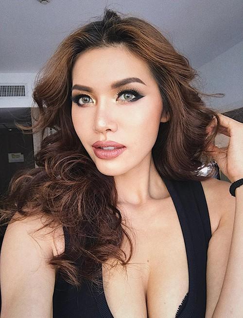 Người mẫu Minh Tú diện áo khoét ngực, khoe vòng 1 khủng và nóng bỏng của mình.