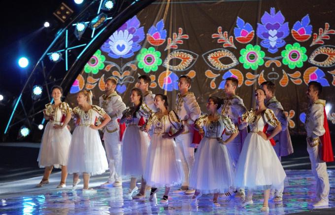 40 nghệ sĩ Ukraina và các vũ đoàn nổi tiếng trong nước biểu diễn.