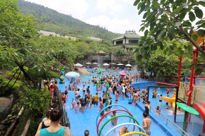 Thời tiết nắng nóng, người dân, du khách lựa chọn nghỉ ngơi tại các khu vực công viênnước, suối khoáng nóng...