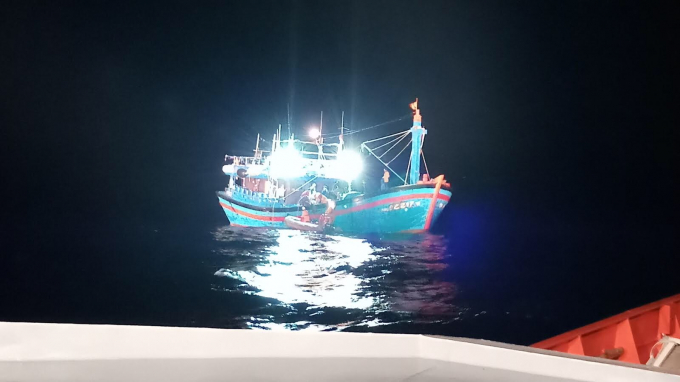 Tàu cứu hộ SAR 412 tiếp cận tàu có thuyền viên bị nạn.