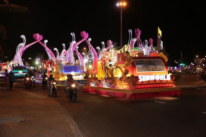 Sau đêm khai mạc DIFF 2018 vào tối 30/4 giữa chủ nhà Việt Nam và Ba Lan,người dân Đà Nẵng và du khách tiếp tục hứng khởi theo dõiLễ hội Carnaval đường phốdiễn ra vào tối 5/5.