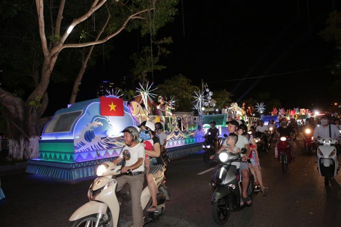 Người dân đồng hành cùng đoàn xe và ngắm nhìn biểu tượng những cây cầu biểu tượng cho TP Đà Nẵng cũng như các nước tham dự cuộc thi: Ba Lan, Pháp Mỹ, Thụy Điển, Bồ Đào Nha...