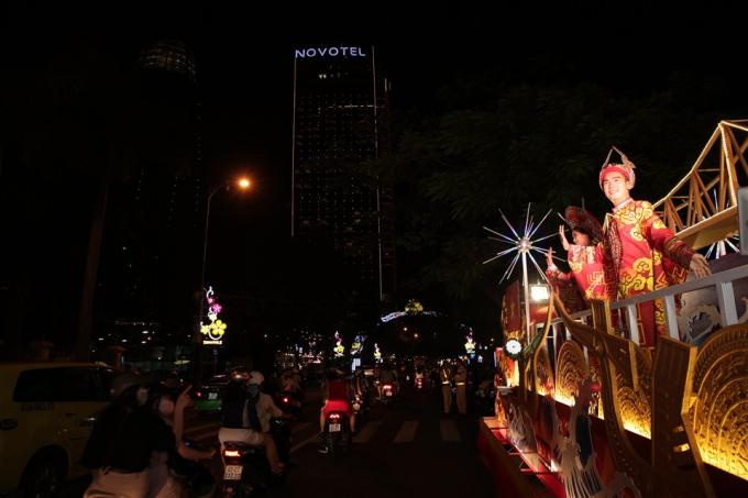 12 xe hoa được thiết kế và tạo dựng kỳ công với 48 nghệ sĩ hàng đầu của Việt Nam và quốc tế trong trang phục lộng lẫy, dưới ánh đèn led kỳ ảo và âm nhạc rộn rã.