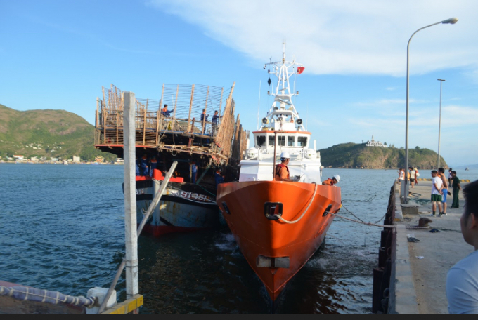 Tàu gặp nạn cùng 49 ngư dân được lai dắt về đất liền.