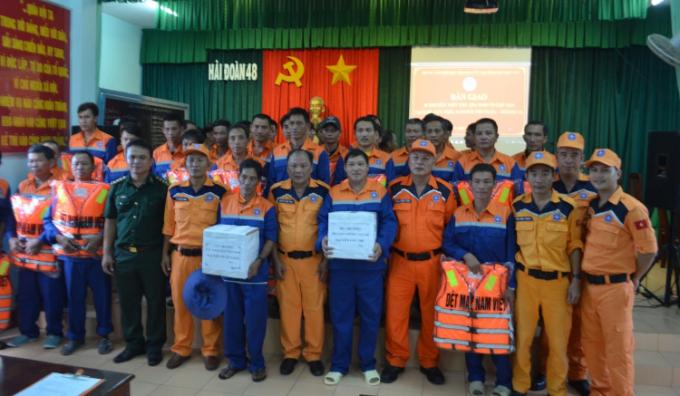 Các thuyền viên gặp nạn đồng thời trao quà động viên từ Cục trưởng Cục Hàng hải Việt Nam và Bộ Giao thông vận tải.