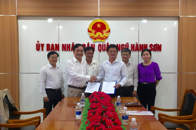 Lãnh đạo quận Ngũ Hành Sơn và đối tác ký kết hợp tác.