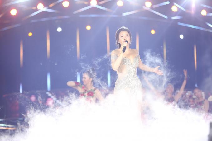 """ca sỹ Hồ Quỳnh Hương đã chạm tới những cảm xúc ngọt ngào trong trái tim khán giả qua ca khúc """"Sống như những đóa hoa""""."""