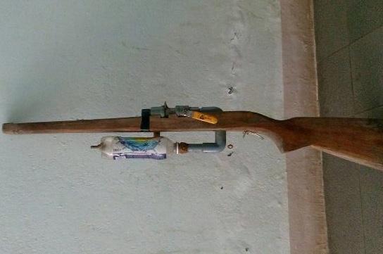 Khẩu súng tự chế dẫn đến cái chết thương tâm của em S. Ảnh: CA Quảng Nam.