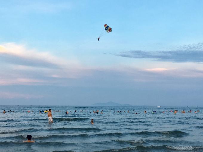 Bãi biển Mỹ Khê Đà Nẵng thu hút khách du lịch vào dịp hè.