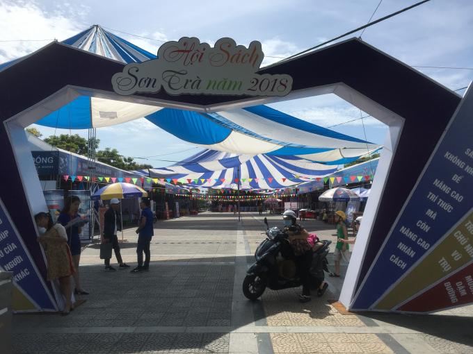 Hội sách diễn ra trong 5 ngày, từ 20 đến 24/6/2018, tại khu vực công viên cầu Rồng (đường Trần Hưng Đạo, quận Sơn Trà, TP Đà Nẵng).
