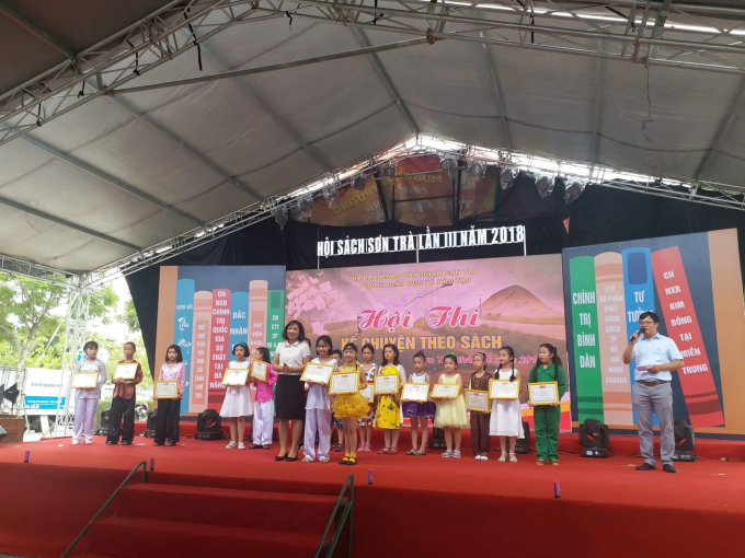 Trao giải cho các em học sinh tham gia hội thi Kể chuyện theo sách.