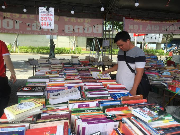 Gian hàng sách cũ được nhiều độc giả trẻ đến lớn tuổi ghé thăm.