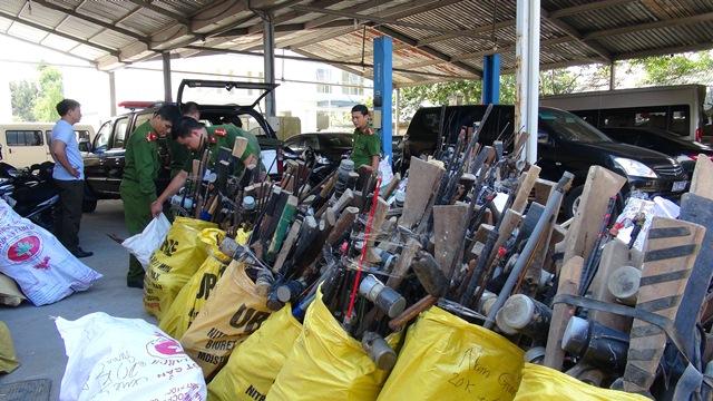 Công an tỉnh Quảng Nam đã phối hợp vận động người dân tự giác giao nộp các loại vũ khí đặc biệt là súng tự chế đang sử dụng ngoài xã hội.