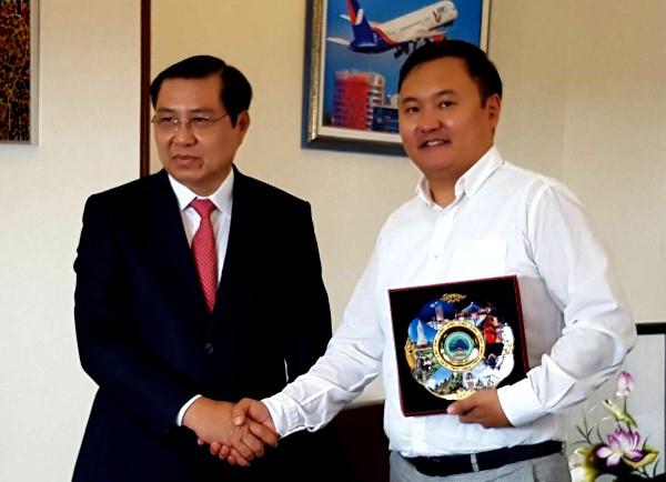 Chủ tịch UBND TP Đà Nẵng (trái) làm việc đại diện hai tập đoàn lớn của Nga. Ảnh: Danang.gov.vn.