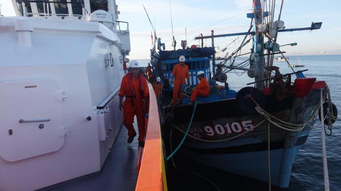 Tàu cứu hộ SAR 412 kịp thời có mặt cứu hộ 6 thuyền viên và tàu gặp nạn.