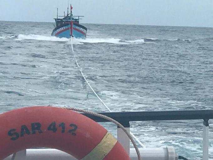 Lúc 02h00 ngày 08/9, 08 thuyền viên tàu ĐNa 90397 TS đã được tàu SAR 412 tiếp cận và cứu nạn thành công sau 08 giờ hành trình với tốc độ tối đa.